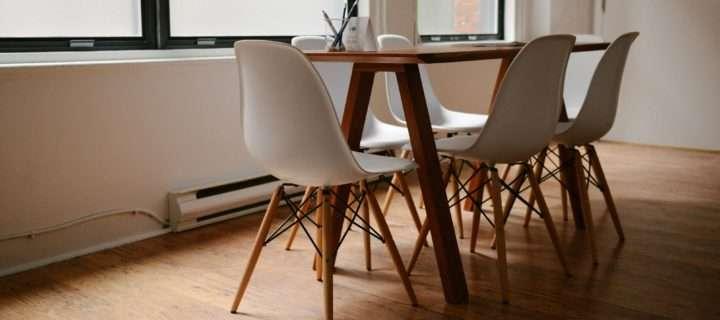 书桌与椅子在软件开发公司的办公室