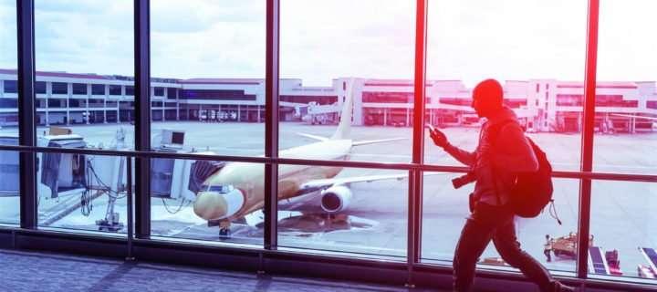 使用智能手机的人在机场